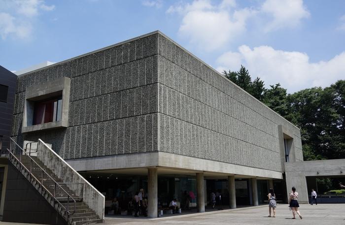 「国立西洋美術館」は、近代建築の三大巨匠の一人であるフランス人建築家、ル・コルビュジエ(1887-1965)が日本に建てた唯一の建築で、 2016年文化遺産に登録されました。日本の建築の中でも特に必見の建物の一つと言えるでしょう。