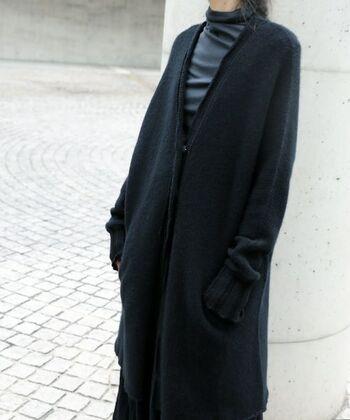 「KristenseN DU NORD」のカシミヤ100%のロングカーディガンは、贅沢な一生ものの一枚。しっかりと厚みはありますが軽い着心地です。冬の始まりには、コート代わりにも。