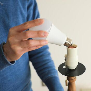 寿命が長く消費電力を抑えられるLEDは、一般家庭においても主流になってきているようです。  白熱電球に比べ、消費電力や電気代が5分の1程度と言われています。  なかでも調光・調色機能付きLED電球は、シーンに合わせて色や明るさを簡単に変えられるとあって人気。