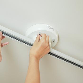天井にはもともと、シーリングやローゼットが付いていますが、そのまま使用すると1灯しか取り付けることができません。  そこで、ダクトレールを使い、レール上の好きな位置にペンダントライトを取り付けられるようにします。  簡易ダクトレールなら、工事不要で簡単に取り付けられますよ。