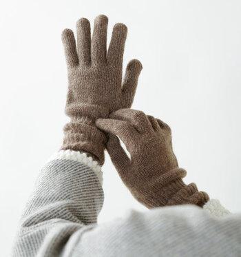 最後にご紹介するのは、スコットランド産のカシミヤ100%を使用した「WILLIAM BRUNTON」のニットグローブ。手首をすっぽりと覆う長めの丈感で、リブ編み仕立て程よくフィット。