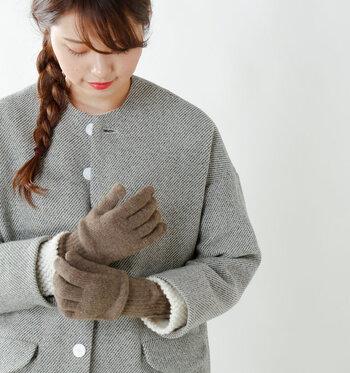 手袋にカシミヤは贅沢…?と思ってしまいそうですが、直接肌に触れるものだからこそ、質感や素材にこだわりたいもの。身に着けた瞬間リッチな肌触りを感じられます。寒い日も温かで幸せな気持ちになれそう。ベーシックな5色展開です。