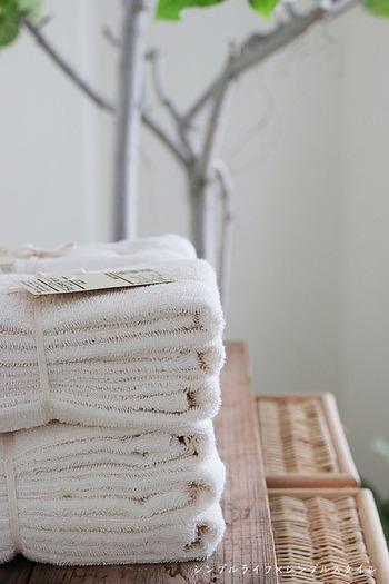 コットンそのものの色を生かした、生成り色のフェイスタオルセット。家じゅうのタオルを統一してしまえば、どこそこ専用のタオルが足りないとか、一部のタオルだけ消耗が激しいといったことがなくなります。買い替え時期をあらかじめ決めておき、そのタイミングでまとめ買いするのが、無駄買いを防ぐコツです。
