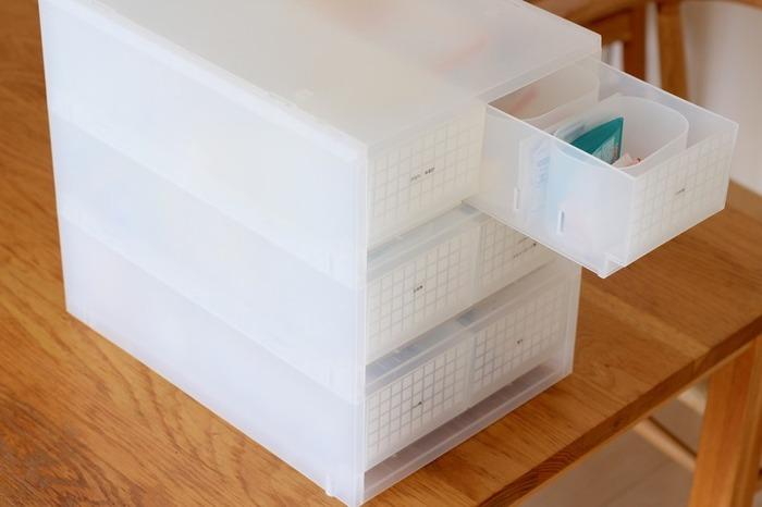 ポリプロピレンケース・引出式は、付属の仕切り板で引き出しの中を仕切ることができます。そのままでも十分使い勝手のよいアイテムですが、掃除が手間だったり、細かいものがばらついたりすることも。必要に応じてポリプロピレンコットン・綿棒ケースを組み合わせると、さらに使い勝手がよくなりますよ。