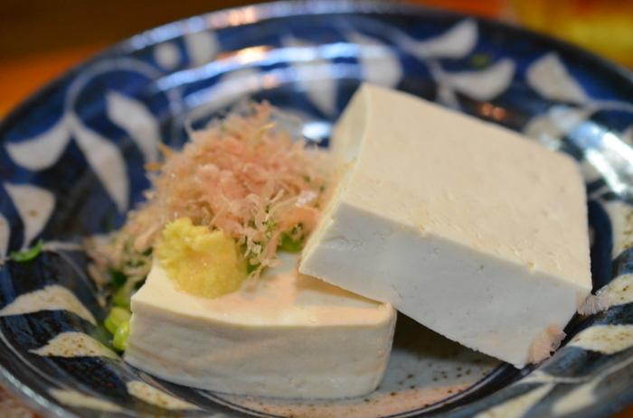 豆腐のカロリーは100gあたり、木綿豆腐が約72kcal、絹ごし豆腐が約56kcalと100kcal以下に抑えることができます。絹ごし豆腐の方がさらに低カロリー。一方、脂身のある豚ロース肉を焼いたものは、100gあたり328kcalほどです。こうして見てみるとカロリーの差がよくわかりますね。お肉と比べると豆腐のカロリーはとってもヘルシーです。
