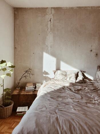 硬い肌触りのベッドファブリックだと、眠りが浅くなると言われています。今回は、ベッドファブリックの種類と選び方、心地よい眠りに導く素敵な寝室インテリアをご紹介します。