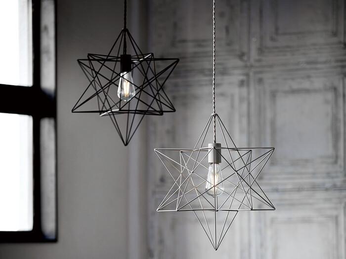 幾何学模様のシェードもスチール製なら、インダストリアルで格好良い印象に。 すっきりベーシックな型の電球でもよく合います。  ぬけ感を作りたい空間にも◎