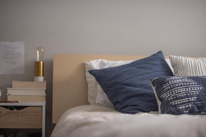 いくつかのクッションを置いておけば、インテリアとして素敵なだけでなく読書をするときなどの背もたれとして役立ちます。メインの枕のほかに、用意してみてはいかがでしょうか。