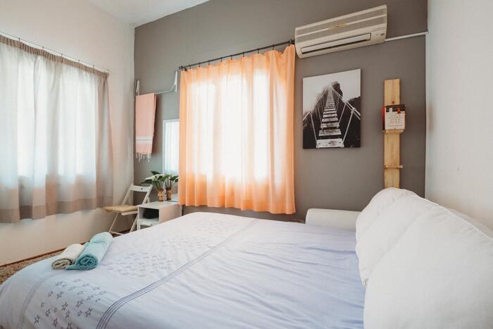 ベッドのマットレスの上に敷くのがシーツ。素材は綿が主流ですが、麻やポリエステルがつかわれていることもあります。
