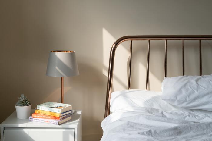 ホテルの部屋のように、ふんわりと落ち着いた印象の照明が寝室にはベスト。小さなスタンドライトなど、少し暗いと感じるくらいの間接照明を取り入れればスムーズに入眠できそう。
