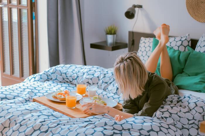 想像してみてください。うっとりとするような滑らかで柔らかな肌触りのベッドファブリックに包まれるのを…  寝心地を左右するのは、寝姿勢を支えるマットレスだけではありません。シーツやベッドカバーなどのベッドファブリックも、心地よい眠りにかかわる大切な要素です。上質な睡眠をとるために、ベッドファブリックは、肌ストレスのないものを選びたいですね。
