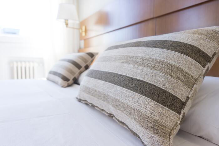 ピローケースは、枕カバーのこと。ベッドファブリックのなかでも、小さな面積に取り入れられるため、気軽に色柄を楽しめるアイテムです。
