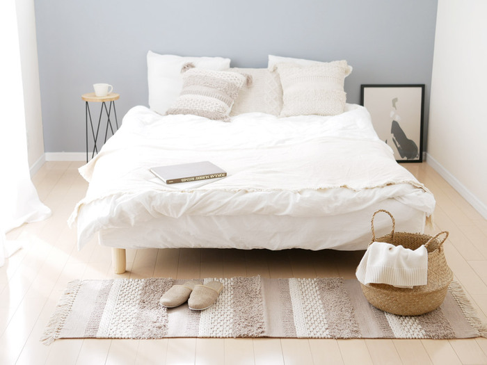 ベッドから降りるとき、床からひんやりとした冷たさを感じるといやなもの。小さめのラグを敷いておけば、そんなお悩みも解決です。こちらは、綿100%の優しい素材感が魅力。ランダムな編み模様が素敵ですね。