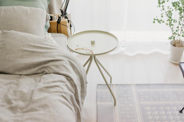 心地よい睡眠環境づくりには、眠りに関係しないものは一切置かないことがポイントになります。家具やモノを増やさないようにしたいところですが、必需品のメガネなどちょっとした小物を置く小さなテーブルはあると便利。