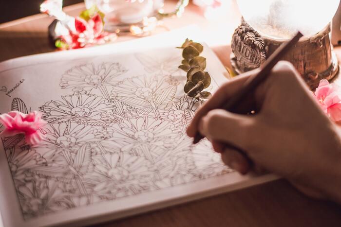 日本のみならず、フランスやアメリカなど海外でも大人気の『大人の塗り絵』。 「そろそろ始めてみようかな」と思っている方も多いのではないでしょうか? 今回はそんな方のために、『大人の塗り絵』の魅力や塗り方のポイントをはじめ、芸術の秋にぴったりの素敵な塗り絵ブックと無料アイデアをご紹介します♪