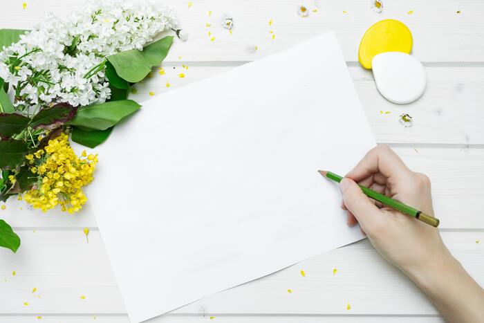 面積の広い部分を塗る時には、色鉛筆を寝かせるようにして紙に触れる部分を多くすると、手早く綺麗に色を塗ることができます。また、色を塗り重ねる場合には薄い色から塗りはじめ、徐々に濃い色を重ねていくと綺麗なグラデーションを作ることができますよ。