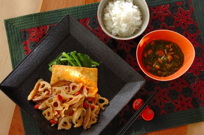 こちらの豆腐ステーキは、レンコンのシャキシャキ食感も楽しい、野菜あんかけソースが決め手です。あんかけのクコの実は、終盤とろみを付ける前に加えましょう。炒めた小松菜が色合いのアクセントに。「めかぶとナメコの和え物」のレシピ付きです♪