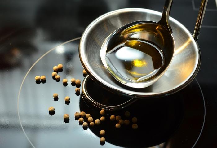 必須脂肪酸であるリノール酸(オメガ6系)も体に良い働きをすると言われています。そのリノール酸を多く含んでいるのが、コーン油、べに花油、大豆油など。 ただし大量摂取によるデメリットもあげられているので、偏らずバランス良く取り入れましょう。