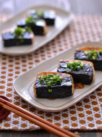 こちらの豆腐ステーキは、半分だけ海苔を巻いたおしゃれな磯辺焼きです!海苔を巻いてから粉をまぶすのがポイント。まぶす粉には米粉を使っているので、グルテンフリーの豆腐ステーキを作りたいときにも参考にしてみてください。