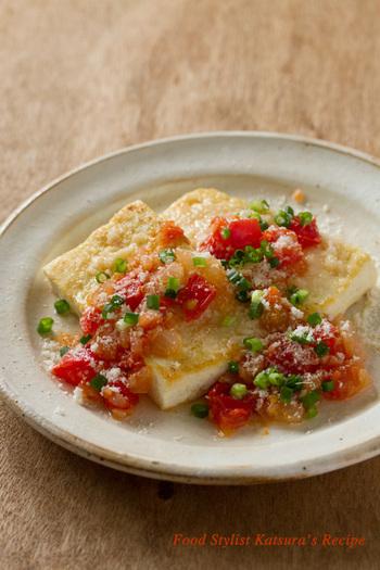 こちらは、パルミジャーノ・レッジャーノとトマトを使ったイタリアンな豆腐ステーキです。シンプルな味付けなので、ほかの料理とも合わせやすいでしょう。豆腐には粉をまぶさずに焼いて、焼き色が付いたらパルミジャーノ・レッジャーノを乗せます。油にはオリーブオイルを使いましょう♪