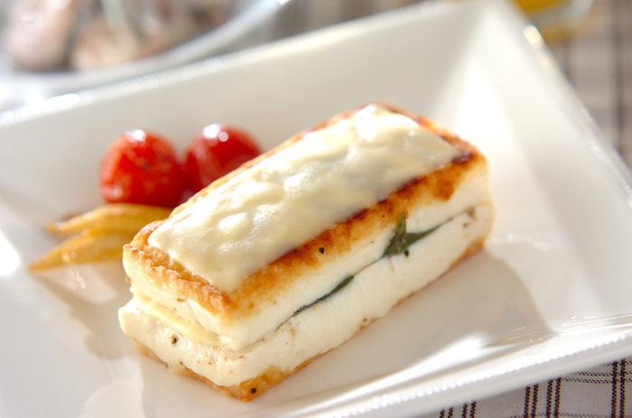 こちらの豆腐ステーキには、スライスチーズを使っています。豆腐の間にバジルと一緒に挟んで焼き、さらにトップにもチーズを乗せてとろけるまで焼きましょう。付け合わせの野菜を添えれば、おしゃれな一品の出来上がり♪