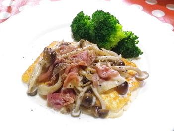 こちらは、低糖質も意識した豆腐ステーキのレシピです。なんと小麦粉などの粉類は使っていません。さらに塩も使わず、生ハムの塩気だけで味付けしているのがポイント。きのこのだしが美味しさをアップさせてくれますよ。おもてなし料理にもおすすめ♪