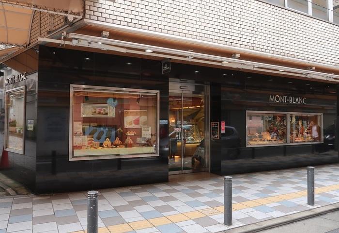 スイーツの新名店が集中する近年の自由が丘で、最古の歴史を誇る老舗洋菓子店です。 1933(昭和8)年、碑文谷(ひもんや。現・学芸大学駅付近)で開業。大戦終戦後の1945(昭和20)年に自由が丘に移ってきました。店名の由来は、創業者の迫田千万億(さこたちまお)氏がスイス旅行の折、アルプスのモンブランに魅了されたことから。早速、スイスの関係各所の許可をとり、登録商標にしたそう。