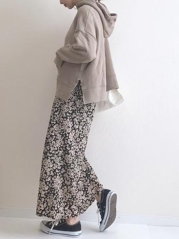 今年の春夏から大人気の花柄スカートですが、秋冬もパーカーに合わせて楽しみましょう♪モカのパーカーに、同色×黒の柄スカートでグラデーションにすると統一感のあるコーデになります。
