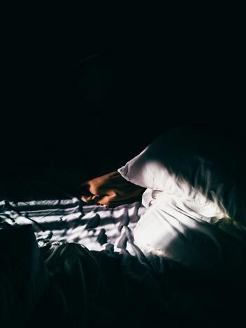 とはいっても、不安があるとなかなか眠れないこともあるかもしれません。そんな時、「どうして眠れないんだろう、眠らなきゃいけないのに」と、焦れば焦るほど、眠れなくなってしまいます。