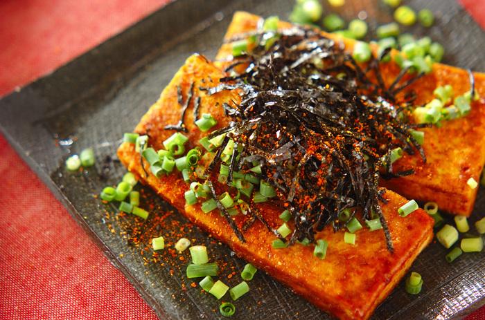 豆腐とカレーを合わせるのもアリ!豆腐に小麦粉をまぶす際に、カレー粉も一緒にまぶします。バターでこんがり焼いて、みりんとしょうゆで味付け。薬味をのせていただきましょう。辛さが物足りないときには、七味唐辛子をプラス♪