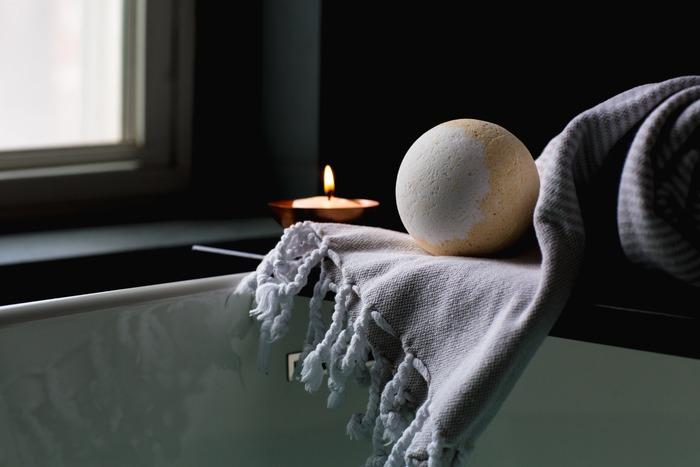 今日は早寝をしようと決めた日は、しっかりとお風呂に浸かって体を温め、灯りを落として眠るための環境を整えてあげることも大切です。