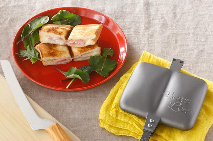 ダブルタイプのサンドイッチトースターは、二種類の具を一度に焼き上げたり、四隅をしっかりカリッと焼き上げたりと、シングルタイプとはまた違った使い方ができます。片方にはハムやチーズを入れ、反対にジャムを入れるというのもいいですね。