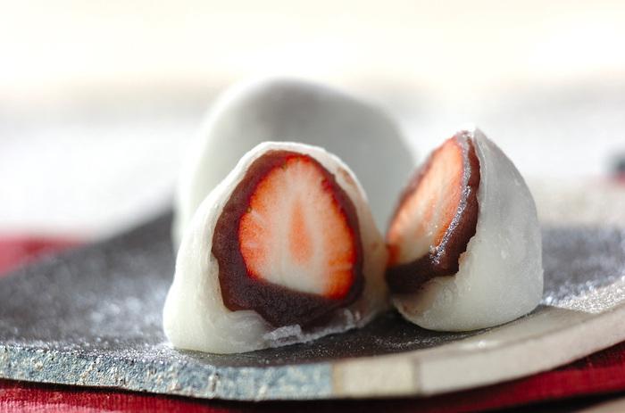 一時期のブームに終わらず、和菓子の定番となったイチゴ大福。綺麗に包むのが難しそうですが、電子レンジを使って白玉粉を加熱することで簡単に作れます。丸くて可愛い大福は、来客時のお茶請けにも喜ばれそう。