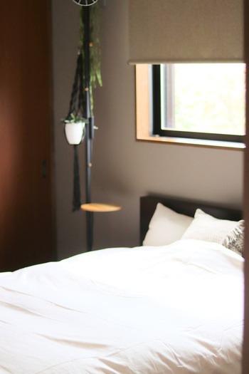 オーガニックコットン100%を使った、高密度織の寝具カバー。さらりとした肌触りで、艶やかな光沢があり、ホテルのベッドリネンのような上質な作りです。頻繁に買い替えるものではないからこそ、お手入れが簡単で、なおかつ上質なものを選びたいですね。