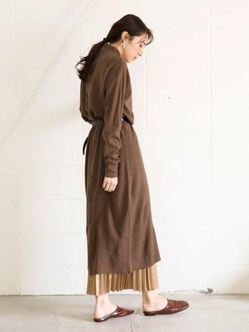 こちらも、プリーツスカートを合わせたスタイル。 バックボタンがアクセントになったロングワンピースは、薄地のやわらかな素材だから、ウエストマークするとその魅力がアップ。  下からのぞいたプリーツスカートが揺れる度、よりフェミニンに見せてくれます。  ブラウン~ベージュのグラデーションは、秋らしさたっぷりの雰囲気に♪