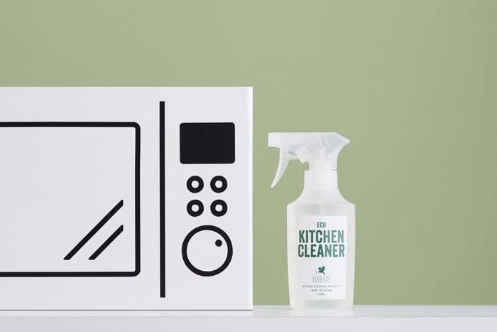 98.99%が水でできたキッチン用クリーナーです。トースターに残りがちな油汚れに効き目があります。拭き取るだけで洗剤残りもなく、二度拭きは必要ありません。1週間で100%生分解されるので、環境にも優しいクリーナーなんですよ。