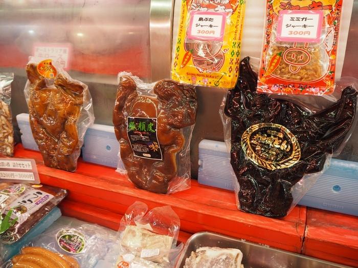 お肉屋さんにも沖縄名物であるミミガーやチラガー、山羊の肉を加工したものなど珍しい食材がたくさん置かれています。加工されているものはお土産にもおすすめです。
