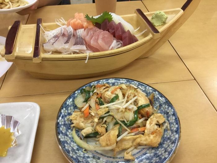 2Fには食堂があり、1Fで買った珍しいお魚などを持ち込むと、調理して提供してくれるサービスがあります。他にもソーキそばやゴーヤチャンプルーなど、沖縄の美味しい料理を楽しめます。