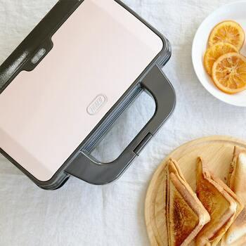 【Toffy】(トッフィー)はシンプルな調理家電や生活雑貨などを手がけるブランド。人気のホットサンドメーカーは一度に2枚焼ける実用性がありつつ、厚さは約10cmととってもコンパクト。使わない時はちょっとしたスペースに収納できます。