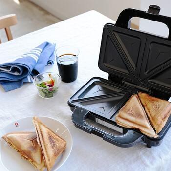 プレートは三角に仕切られており、パンと具を挟んで焼くと自動でカットされます。食べやすい大きさに焼き上がるので、忙しい朝も助かりますね。