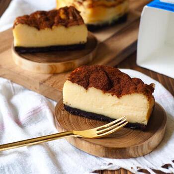 オレオを砕いてベースに使うお手軽チーズケーキです。食べる直前にココアをかけておめかしすれば、おもてなしケーキとしても使えます。