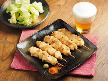 鶏むね肉をしっかり下処理することで、トースターで焼いても硬くならず美味しく仕上がります。竹串の部分にはアルミホイルを巻いておくと、焦げてしまうことがありません。