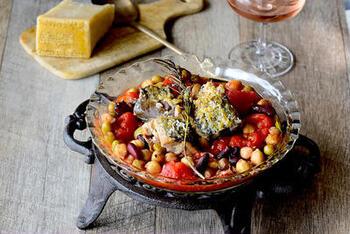 缶詰のサバと豆を使って作る包丁いらずのチーズ焼き。ローズマリーをトッピングすると見栄え良く仕上がります。