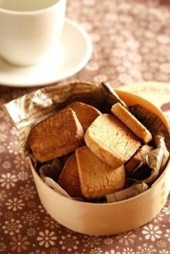 ホットケーキミックスにバターとハチミツを混ぜ込んで、ざっくりとした味わいを出したクッキーです。棒状にしてからカットするので大きさが揃いやすく、食べやすいんですよ。