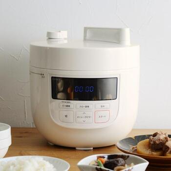 仕事や家事に追われる忙しい人の味方になってくれるのが、【siroca】(シロカ)の電気圧力鍋。料理に合わせて圧力時間を設定すれば、あとはお任せで調理してくれるんです。