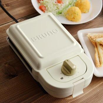 人気の【BRUNO】(ブルーノ)にもホットサンドメーカーがありますよ。実はこちらは、中のプレートを替えれば他のお菓子も焼ける優れものなんです。