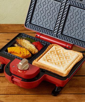 「BRUNO(ブルーノ)」のホットサンドメーカーには、幾何学模様のようなタイプもあります。一人暮らしの方はこんな風に、片面はホットサンド、もう一方は野菜やベーコンエッグなどを焼けば、時短のバランス朝食が叶います。
