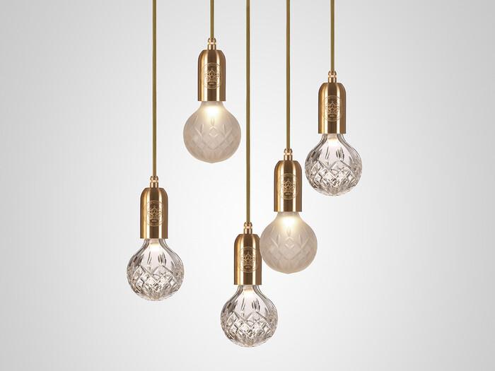 クリスチャン・ルブタンの店舗デザインも手掛けたデザイナー、リー・ブルームのプロダクト。 繊細な切子技法を用いたクリスタルガラスは、点灯していないときも美しい存在感を放ちます。