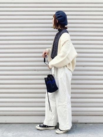 スポーティーテイストな巾着バッグには白と紺のマニッシュスタイルで。女性らしい紺のベレー帽とドットのシャツで色にも統一感を出し、カジュアルになりすぎないよう、大人かわいくまとめています。