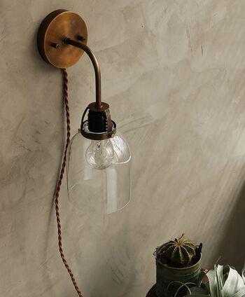 壁に直接設置するブラケットライトも、クリアガラスなら電球の美しさを堪能できます。  ネジで固定する必要はありますが、コンセント式なので、工事不要です。